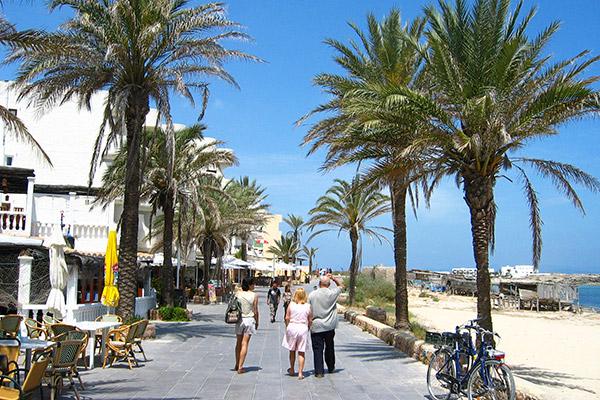 Es Pujols, el centro de ocio en Formentera